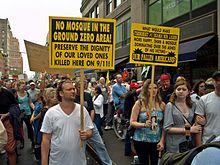 La paneau au premier plan : « Aucune mosquée dans la zone du ground zero. Préservons la dignité de nos morts en ce lieu. »
